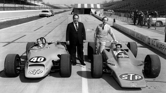 The 1968 evolution of the STP-Paxton Turbocar, entrant Andy Granatelli and driver Joe Leonard, side by side with the Lotus 56, Colin Chapman and Jimmy Clark